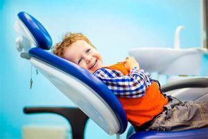 мальчик в стоматологическом кресле